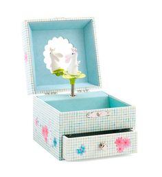 Divertida caja de música para las pequeñas princesas con un dulce conejito que aparece al abrir la caja y una bonita melodía. Perfecta para que tu peque guarde sus pequeños tesoros y joyas. Lleva un espejo en la parte interior de la tapa con forma de f