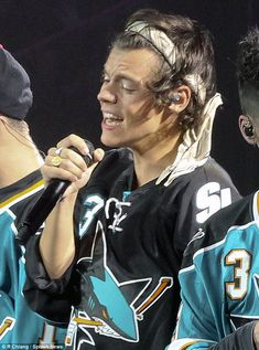 One Direction show their support for San Jose Sharks as they take to the stage in ice hockey team's shirts Harry Styles 2013, Harry Styles Baby, Harry Styles Pictures, One Direction Pictures, Harry Edward Styles, Harry Styles Headband, Harry Styles Bandana, Harry Styles Facts, San Jose Sharks