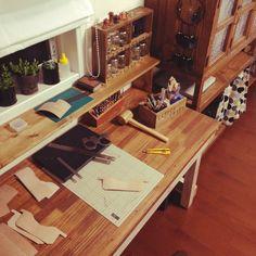 ttyさんの、インテリアじゃなくてすみません,DIY,作業部屋,作業台DIY,茶色,レザークラフト,作業机DIY,作業中,机,のお部屋写真