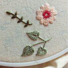 Flor em ponto matiz, folhas e cabinho em ponto haste {work in progress} #detail #clubedobordado