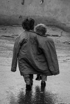 Poverty Photography, Street Photography, Black N White, Black And White Pictures, Old Pictures, Old Photos, Cute Kids, Cute Babies, Friendship Photography
