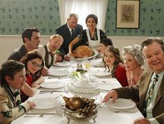 Modern Family crew doing famous Norman Rockwell Thanksgiving Art They are soooooo cute☺️ Serie Modern Family, Modern Family Funny, Modern Family Quotes, Modern Family Episodes, Create A Family, Family Love, Happy Family, Family Posing, Family Photos