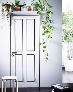 Los estantes de pared encima de las puertas van muy bien para poner plantas trepadoras, como por ejemplo hiedras.