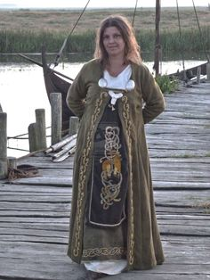 Viking Embroidery by ~Erianrhod on deviantART  What an apron!  (Vilket broderi på förklädet!)