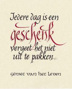 """""""Iedere dag is een geschenk, vergeet het niet uit te pakken"""". Kalligrafie: Nicole Adriaensen-Martens. Kallifrafie:"""