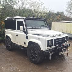 Land rover defender 90 off road.