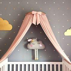 Confesso sou apaixonada por nuvens......E essa está uma fofura não?!Amei a ideia do mosquiteiro na parede também ficou muito charmoso e delicado.... #decoração #nuvens #quartodemenina #quartodecriança #inspiração
