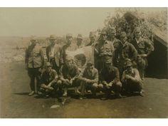 飛行場内の三角兵舎前で、記念写真を撮る義烈空挺隊員と関係者。 前列右から2人目が奥山道郎大尉、3人目が小柳、4人目が諏訪部忠一大尉。 昭和20(1945)年5月 熊本陸軍飛行場