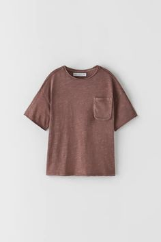 Round neck T-shirt with short sleeves and a chest patch pocket.