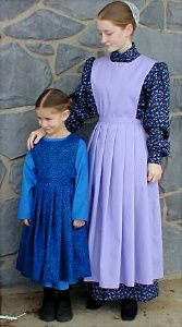 Although the Amish culture might seem similar to a Mennonite lifestyle, the differences can be stark - even when it comes to clothing. Modest Dresses, Modest Outfits, Dress Outfits, Girl Outfits, Amish Pie, Amish Family, Amish Culture, Vintage Outfits, Amish Community