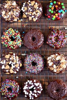 Start your mornings off right with CHOCOLATE! These Chocolate Cake Mix Donuts are topped with a silky chocolate glaze and an assortment of fun toppings. S'mores, Almond Joy, sprinkles - which will be your new favorite? // Mom On Timeout Donut Maker Recipes, Mini Donut Recipes, Easy Donut Recipe, Cute Donuts, Mini Donuts, Doughnut, Chocolate Cake Mixes, Chocolate Glaze, Topping Donat