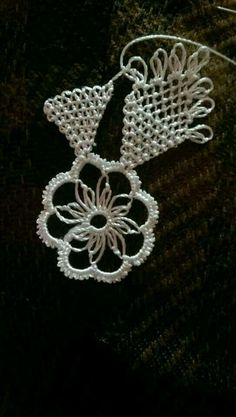 This Pin was discovered by はこ. Crochet Flower Patterns, Crochet Flowers, Knitting Patterns, Needle Tatting, Needle Lace, Yarn Crafts, Diy And Crafts, Sew In Body Wave, Flat Twist Updo