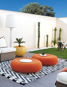 decoracion de jardin, poufs naranja