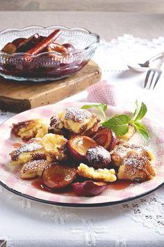 Klassiker mit Pflaumen-Upgrade: Dieses Dessert lässt Naschkatzenherzen höher schlagen und begeistert mit fruchtig-aromatischem Geschmack. #pflaumen #dessert #pflaumendessert #nachtisch #zwetschen #zwetschgen #sommer #obst #sommerdesserts #friesencreme #friesendessert
