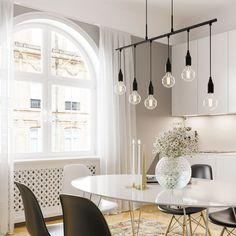 Här har vi den perfekta lampan att hänga över en avlång köksö eller ett matsalsbord. Taklampans design i det minimalistiska spåren ger ett oerhört fräckt och industriellt intryck vilket vi verkligen gillar! 💡 Chandelier, Ceiling Lights, Lighting, Home Decor, Light Fixtures, Ceiling Lamps, Chandeliers, Lights, Interior Design