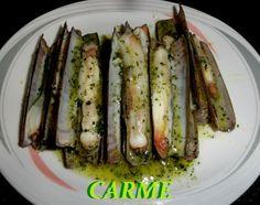 Navajas al vapor en salsa verde Ver receta: http://www.mis-recetas.org/recetas/show/47300-navajas-al-vapor-en-salsa-verde #mariscos