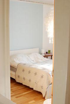 Soverom: Et rom til ro, med kontraster Decor, Furniture, Headboard, Bed, Home, Bedroom, Home Decor