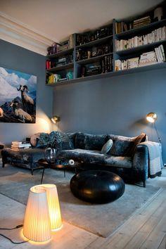 I TV 2-programmet «Huset» vurderer Karina Holmen andres interiørvalg. Selv har hun innredet hjemmet sitt med blå toner og ting av affeksjonsverdi.