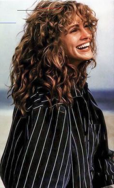 """Happy - - """"Julia Roberts in the a thread"""". Layered Bob Hairstyles, 90s Hairstyles, Trending Hairstyles, Julia Roberts, Curly Bangs, Short Curly Hair, Curly Hair Styles, Pixie Cut, Brunette Lob"""