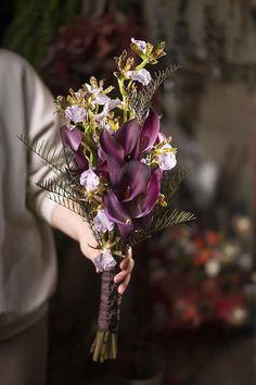 간단한 소재 매칭으로 연출한 2월의 웨딩 부케 : 네이버 포스트 Calla Lily Bridal Bouquet, Bridal Bouquets, Art Floral, Floral Design, Hand Flowers, Flower Arrangements, Marie, Wedding Flowers, Wedding Photos
