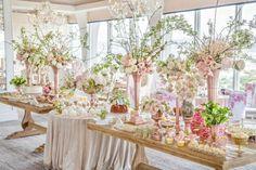 candy bar mariage bonbons, gâteaux et cupcakes, riche déco florale, grandes vases de fleurs, et bouquets de fleurs rose et blanches, tables rustiques, mariage champetre