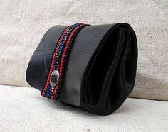 Petit porte-monnaie en chambre à air recyclée avec sangle rouge et noire : Porte-monnaie, portefeuilles par la-tribu-dejantee