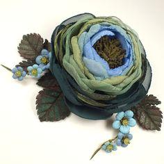 Купить Утро Изумрудной Долины. Брошь-цветок из ткани и натуральной кожи - болотный, изумрудный, синий