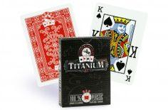 Cartes Studson Titanium (rouge) - Pokeo.fr - Jeu de 52 cartes de poker Studson Titanium 100% plastique, au format poker double index, dos rouge.