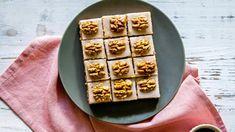 Cukroví pro všechny milovníky vlašských ořechů. Tvoří základ těsta i náplně a ještě šťavnaté čtverečky zdobí! Waffles, Breakfast, Cake, Food, Morning Coffee, Kuchen, Essen, Waffle, Meals