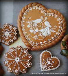 mézeskalács díszítés Beautiful Desserts, Beautiful Cakes, Valentines Day Cookies, Christmas Cookies, Cake Cookies, Sugar Cookies, Elegant Cookies, Embroidery Hearts, Chocolate Factory