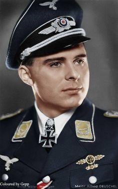 Oberst Alfred Druschel (Jahrgang 4. Februar 1917 in Bindsachsen KIA 1. Januar 1945 in der Nähe von Aachen in Bodenplatte ) Er war der erste Kampfpilot mit dem Ritterkreuz des Eisernen Kreuzes mit Eichenlaub und Schwertern geehrt