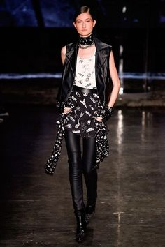 Karl Lagerfeld For Riachuelo -Défilé Paris Automne-Hiver 2016-2017 Gilet noir sans manches sur top blanc jupe déstructurée noire à motifs