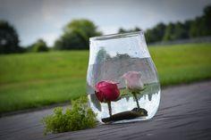 Diese Dekoration ist ein absoluter Blickfang und so einfach !!! Einfach die Rosen kürzen und mit Draht an Steinen gefestigen.