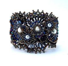 He encontrado este interesante anuncio de Etsy en https://www.etsy.com/es/listing/67987126/black-beaded-bracelet-jewelry-beadwork