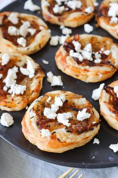 Small puff pastry crackers with caramelized onion, feta and thyme - Mad og drikke Bruchetta, Spanish Food, Caramelized Onions, Party Snacks, Bread Baking, Bagel, Finger Foods, Tapas, Cheddar