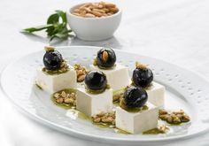 Aceitunas negras con vinagreta de albahaca, piñones y queso fresco by Antonio Arrabal