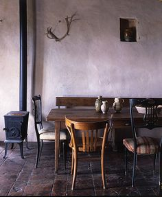 great uneven walls, mismatched furniture and warm wooden table makes you feel instantly at home. Mismatched Dining Room, Mismatched Furniture, Dining Room Chairs, Dining Table, Dining Area, Italian Farmhouse, Italian Home, Rustic Farmhouse, Style At Home