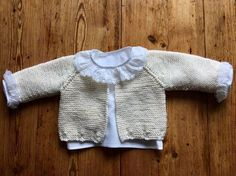 Es una preciosa chaquetita de talla 0/3 meses.   Está tejida con algodón de tres cabos ( usarás poco mas de 100 gr) y agujas del 2´5....