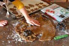 Αυτήηζύμηείναιιδανική για να τα κάνετε στολίδια για το δεντρο,χριστουγεννιατικαμπισκότα, και για ναφτιάξετε τα κλασσικά χριστουγεννιάτικα σπιτάκια.!  ΥΛΙΚΑ: 2 ¼ φλ. αλεύρι για όλες τις χρήσεις 2 κ. γλυκού τζίντζερ σκόνη 1 κ. γλυκού baking soda ¾ κ. γλυκού κανέλα σε …