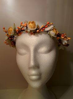 Modelo Emily frutos anaranjados #diadema #corona #tocado #evento #boda #comunion #novia #invitada #flores #moda #diademadeflores #coronadeflores #complementos #peinado #artesania #manualidades #lamoradadenoa