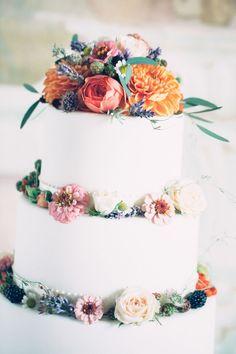 Klassische weiße Torte mit Flowerpower. Farbenfroh und blumig - da bekommt man doch direkt Appetit!