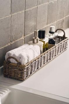 This would be pretty in guest bath with soaps, shampoo/conditioner/lotions DESDE MY VENTANA: #guestbathroomideas