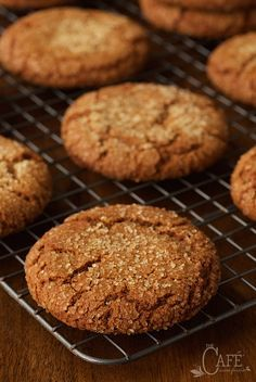 Easy Bakery-Style Molasses Cookies - just like the cookies you find in a fine bakery except you can mix up the dough in one bowl in ten minutes and they cost WAY less! No Bake Cookies, Yummy Cookies, Yummy Treats, Cookies Et Biscuits, Yummy Food, Baking Cookies, Sweet Treats, Cookies Soft, Cookie Icing