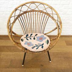 Eva Verbruggen - Textileartist (@hetateliervanevav) • Instagram-foto's en -video's Wait For Me, The Outsiders, Punch Needle, Pillows, Chair, Instagram, Business Ideas, Furniture, Waiting