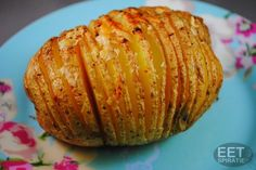 Hasselback *** 4 grote aardappels - klontje roomboter - 1 teentje knoflook geraspt - grof zout en gemalen zwarte peper - optioneel: peterselie / paprikapoeder / Parmezaanse kaas