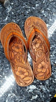 Фотография Leather Carving, Leather Art, Custom Leather, Leather Design, Leather Tooling, Looks Country, Leather Working Patterns, Leather Flip Flops, Leather Pattern