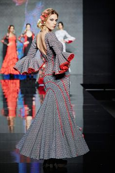 Traje perforado gris y rojo. - Lina Sevilla 1960 Flamenco Skirt Pattern, Circle Skirt Pattern, African Fashion Traditional, Traditional Outfits, African Attire, African Dress, Pretty Dresses, Beautiful Dresses, Skirt Fashion