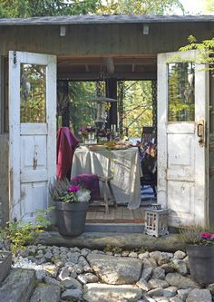 Vanhat ikkunat ovat oivallista materiaalia puutarhan jänniin rakennelmiin. Katso Unelmien Talo&Kodin koosteesta, mitä kaikkea niistä voi tehdä.