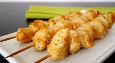 Gli spiedini di pollo panati al forno sono un secondo semplice, saporito, leggero e veloce da preparare...che volete di più? Inoltre, potete prepararli in