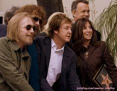 """Homejando a George. - [i][b]""""Fotografía en la que se observa, de izquierda a derecha, a Eric Idle, Paul McCartney, Olivia Harrison (viuda de George Harrison, de origen mexicano) y el actor Tom Hanks al señalar a la estrella que le acaban de dedicar al ex integrante de The Beatles George Harrison en el Paseo de la Fama de Hollywood, California (EEUU), durante un homenaje póstumo.""""[/b][/i] :) - Fotolog"""